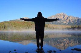 Brendon being Jesus 😛__#jaspernationalpark #travelmindedpeople #roadtrip #backpacking #landscape #nature #lake #explorealberta #alberta #can